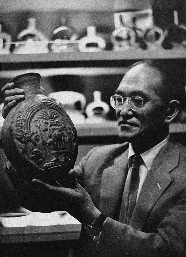 Yoshitaro amano saisissant une céramique préhispanique